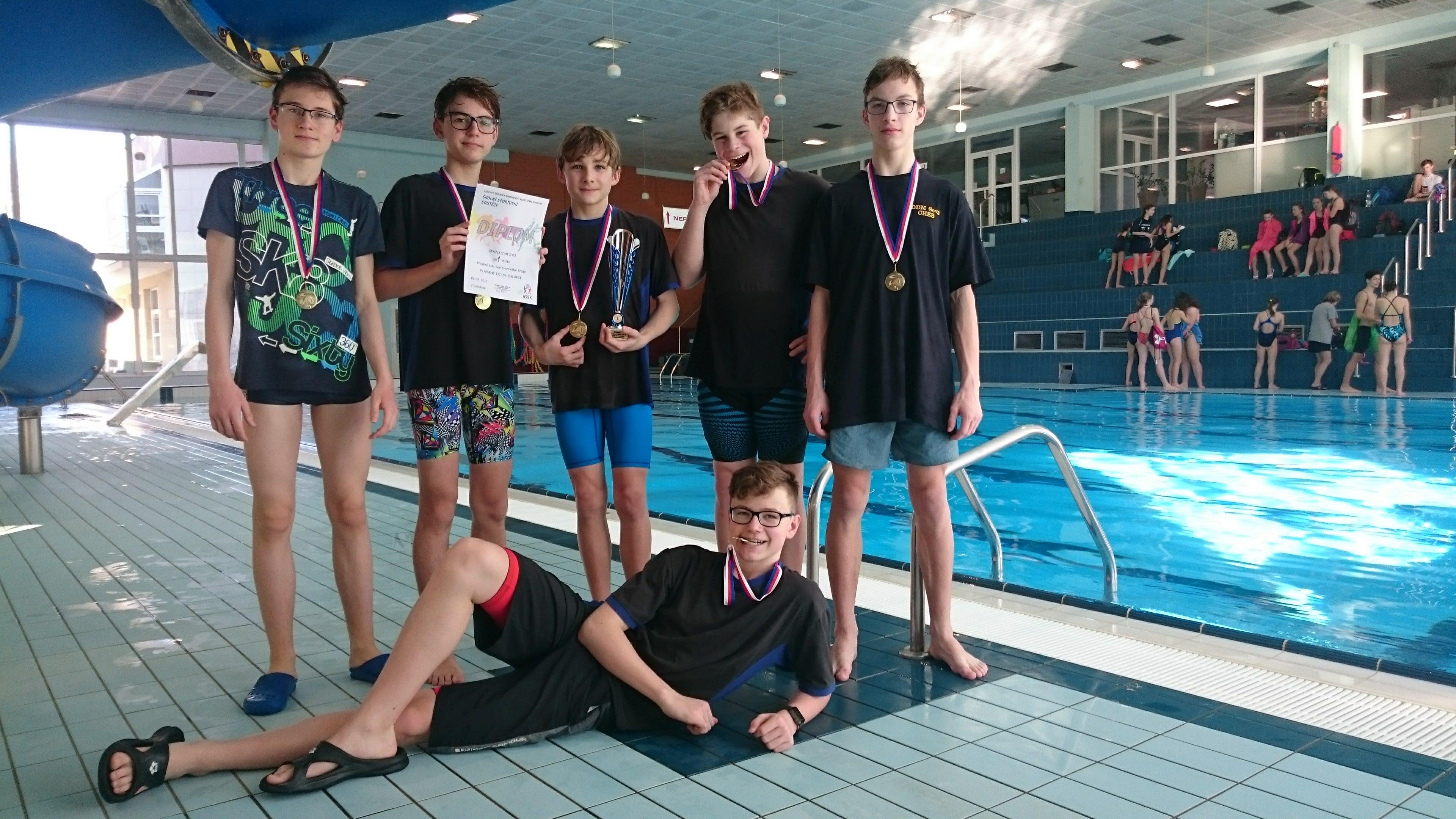Chlapci z Gymnázia Cheb jsou nejlepšími plavci v kraji